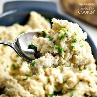 No necesita olvidarse de su receta favorita de puré de papa, ¡simplemente amplifique el sabor con mantequilla dorada! El puré de papas con mantequilla es perfecto.