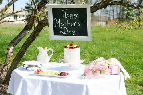Torta del día de las madres y fiesta en el jardín