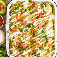 ¡Las ENCHILADAS DE PATATA DE POLLO Y DULCE son una forma saludable y deliciosa de disfrutar la noche mexicana! Nos encantan estas sabrosas enchiladas de camote y frijoles negros y las hacemos regularmente. Esta receta de pollo y batata está llena de verduras y todo tipo de cosas buenas. ¡Definitivamente son un nuevo favorito!