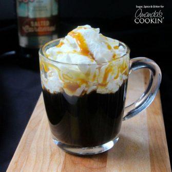 Aquellos que buscan un cóctel dulce con notas de rico café y caramelo salado querrán probar este cóctel de café con caramelo salado fácil de preparar.