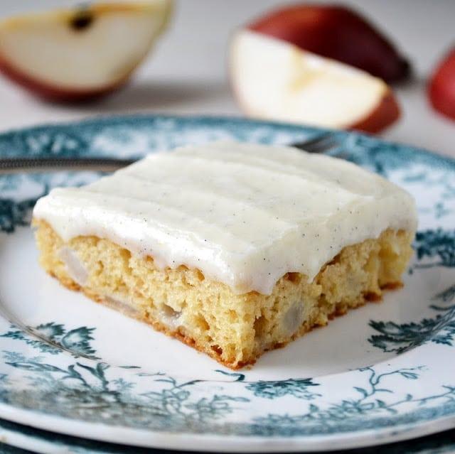 una rebanada de pastel de pera con glaseado de vainilla