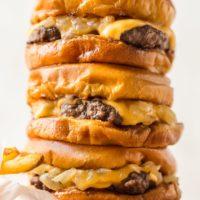 ¡Las hamburguesas de mantequilla son las hamburguesas más deliciosas jamás cocinadas y cubiertas con mantequilla! Esta receta de Wisconsin Butter Burger es todo de lo que están hechos tus sueños, jugosa, cursi y absolutamente sabrosa.