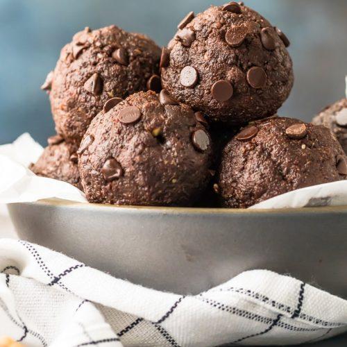 Las bolas de proteínas Brownie de nuez son el desayuno pop-up perfecto, después de un refrigerio de entrenamiento o un simple dulce para alimentarlo durante todo el día. Esta receta de Chocolate Energy Bites es tan rápida y fácil que querrás hacer un lote cada semana. Rellenas con ingredientes saludables como nueces, cacao en polvo sin endulzar, semillas de chía, mantequilla de maní y más ... ¡estas mordeduras energéticas de chocolate con nueces saben a masa de brownie pero están repletas de proteínas y bondad!