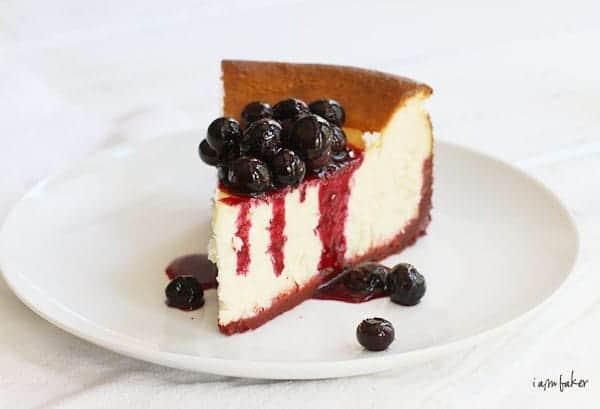 Tarta de queso de Nueva York con corteza de terciopelo rojo