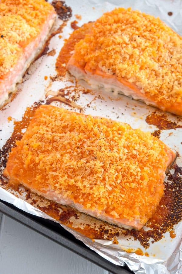 Buffalo Salmon en una bandeja para hornear recién salido del horno