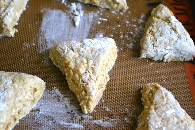 Scones de pan de jengibre con chocolate blanco listos para el horno