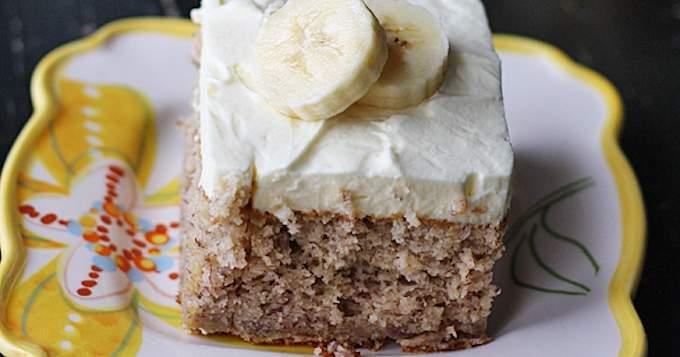 Fácil de plátano pastel con crema batida plátano Frosting