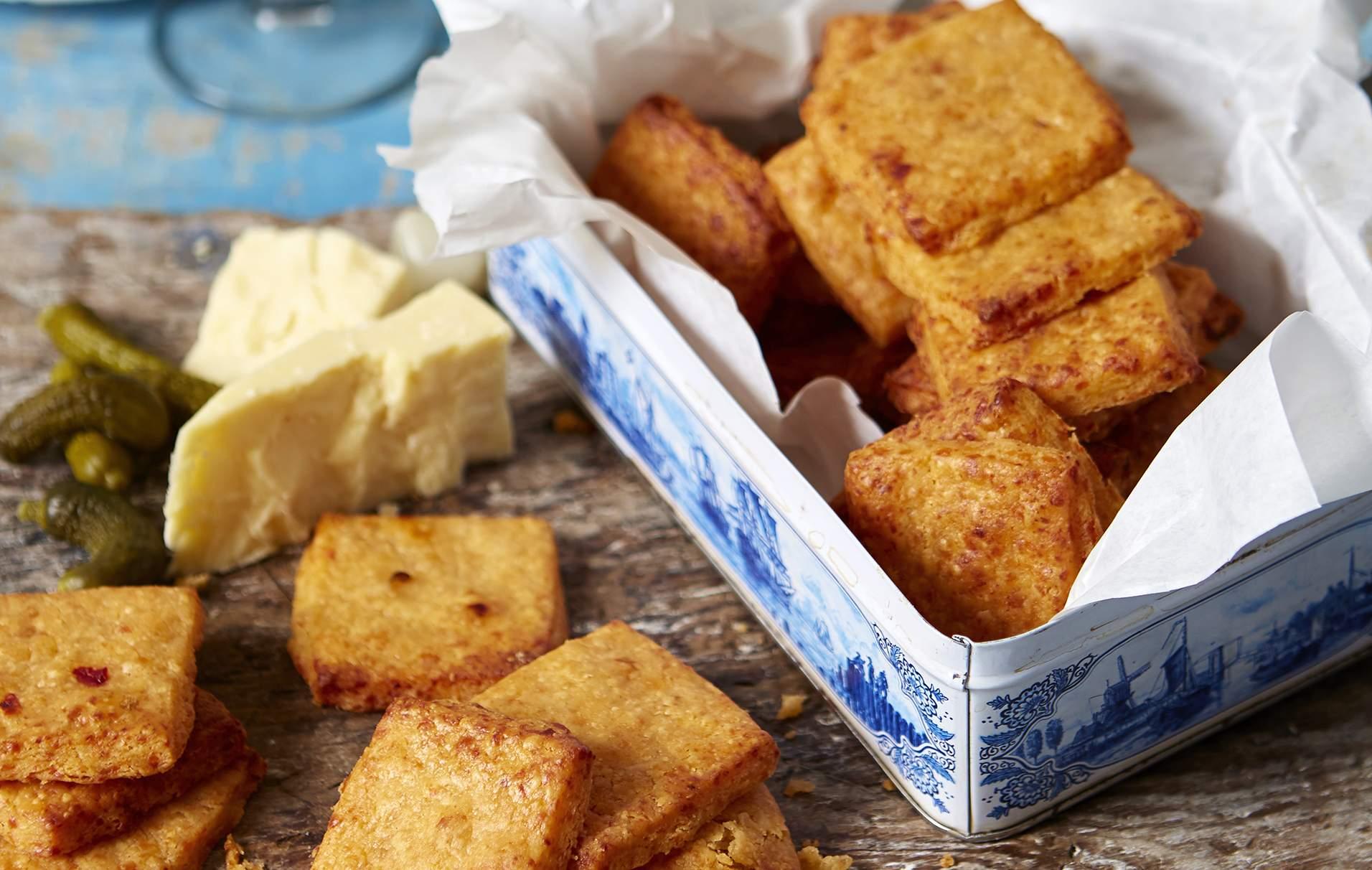 Galletas fáciles de queso cheddar y chutney Estas galletas de queso cheddar y chutney son excelentes como refrigerio y el complemento perfecto para cualquier plato de queso.
