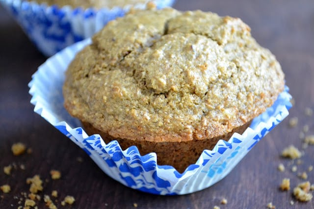 Un muffin saludable de salvado de nueces con pasas y granos múltiples