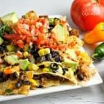 ¡Los Nachos cargados son una receta popular para el día del juego repleta de ingredientes saludables y bondad cursi! ¡Carga un plato con tus ingredientes frescos de nacho favoritos!