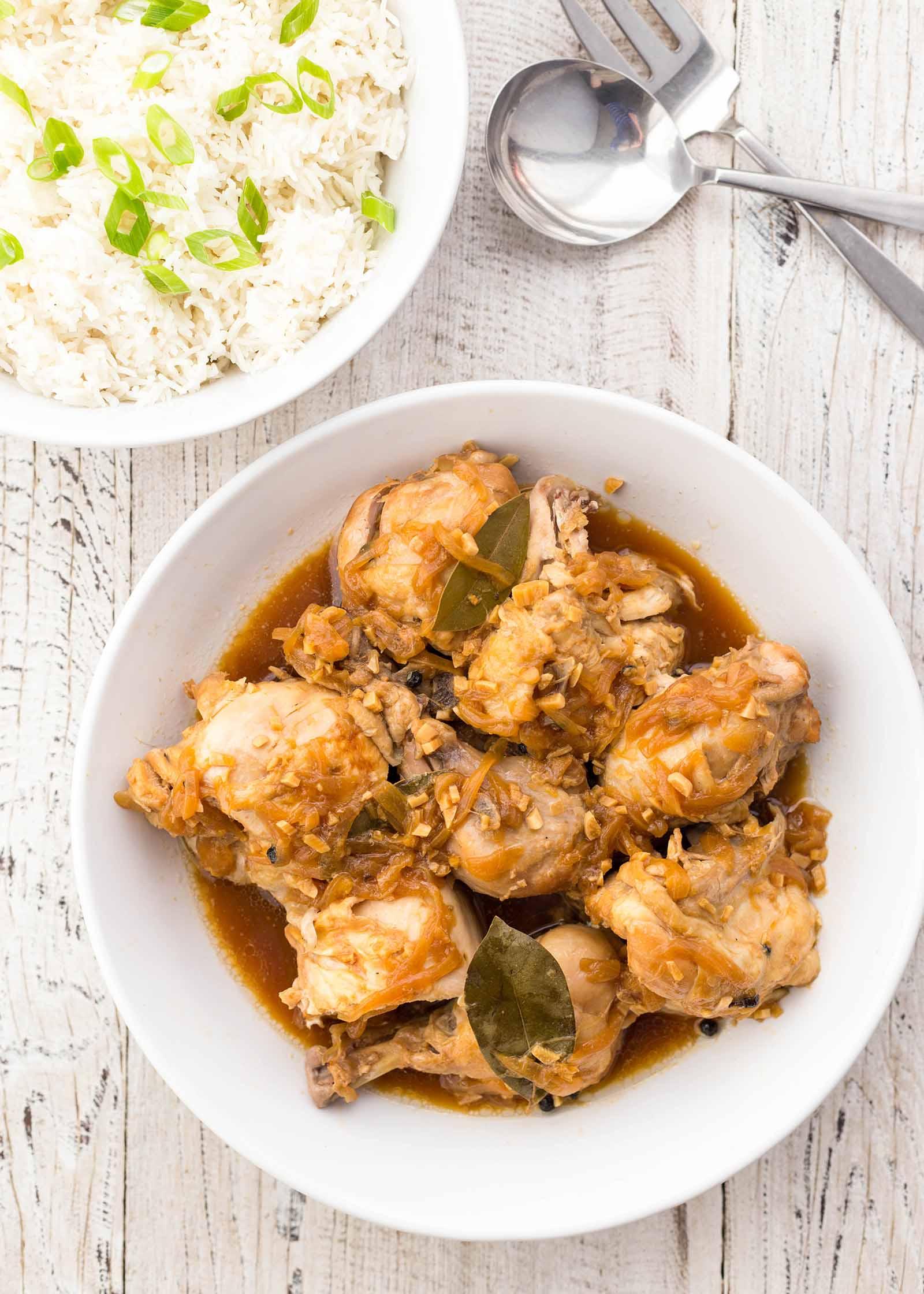 Pollastre Adobo a la cuina de pressió amb arròs'autocuiseur avec riz