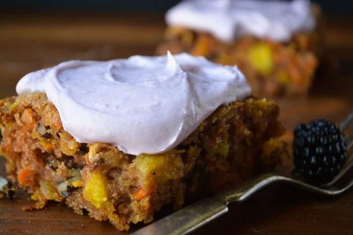 tarta de zanahoria y piña gruesa con glaseado de bayas