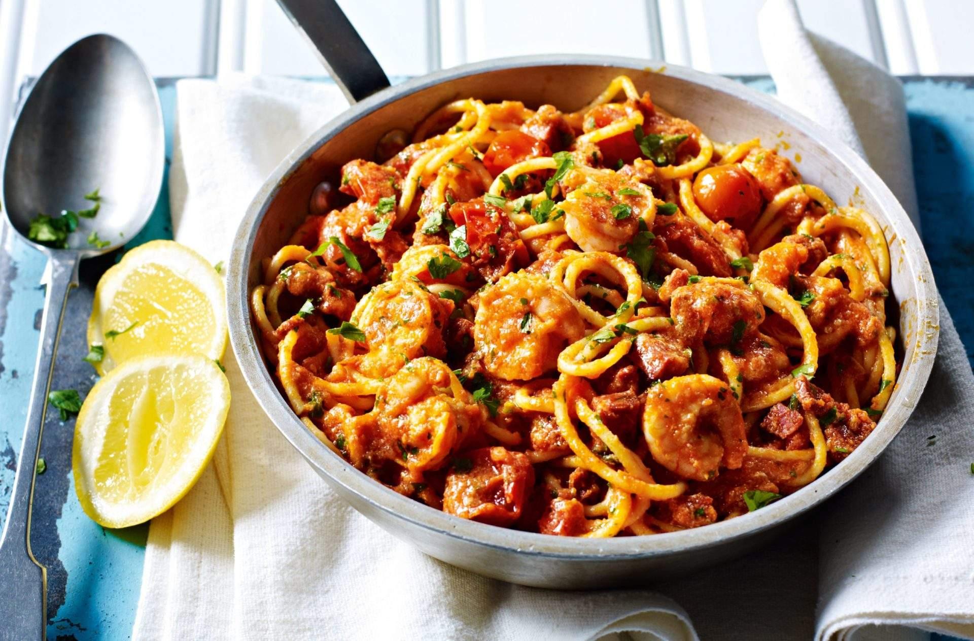 Penne pasta con langostinos, tomates cherry y limón Nuestra receta de pasta penne con langostinos y tomates cherry es muy sencilla de hacer en casa y rebosa de mucho sabor: ¡la comida perfecta a mitad de semana!