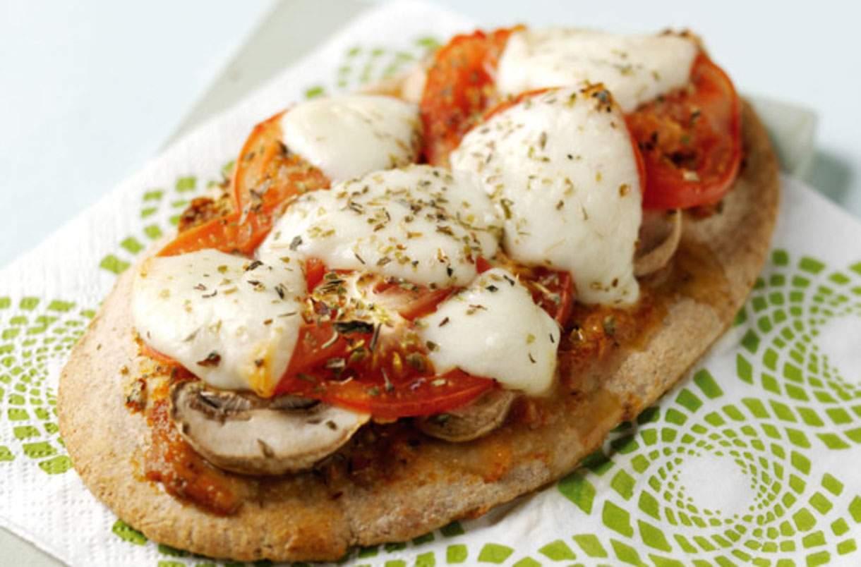 Pizzas rápidas pitta Haga pizzas rápidas en muy poco tiempo utilizando panes pitta como base. Esta práctica receta está lista en solo 15 minutos y cuesta solo 218 calorías por porción.