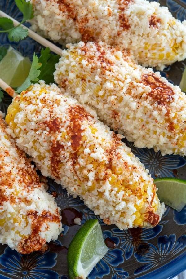 Receta de Elote: maíz en la mazorca mexicano en una fuente
