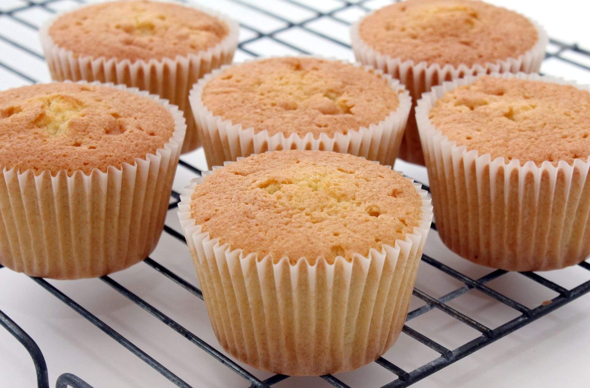 Receta básica de magdalenas Esta receta básica de cupcakes sale perfectamente cada vez; hace 24 cupcakes, ¡y es una de nuestras recetas de cupcakes más populares! Decora como quieras