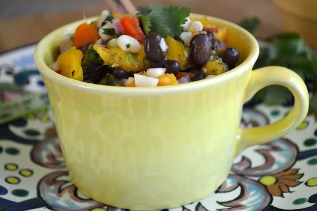 Lunes mínimo: salsa de frijoles negros, maíz y mango con tortillas caseras