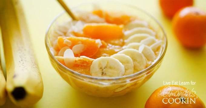 Tazón de batido de naranja y almendras