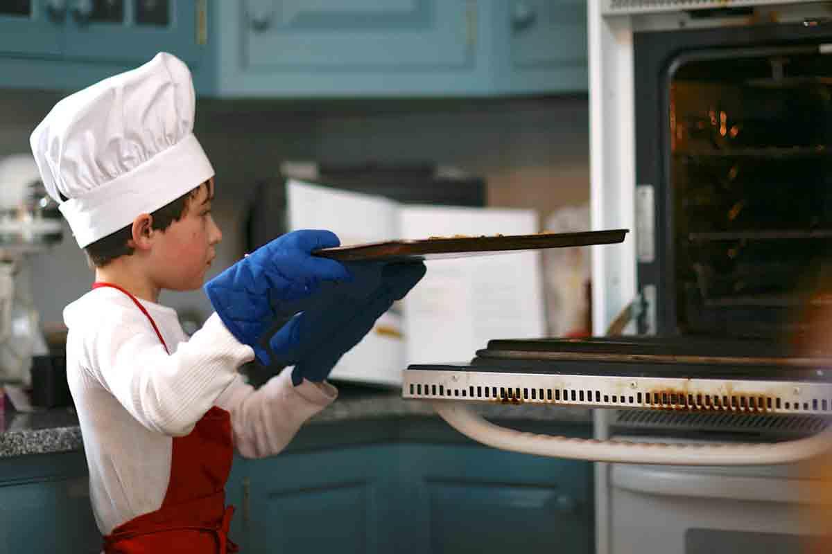 menino, coloque torradas crocantes no forno