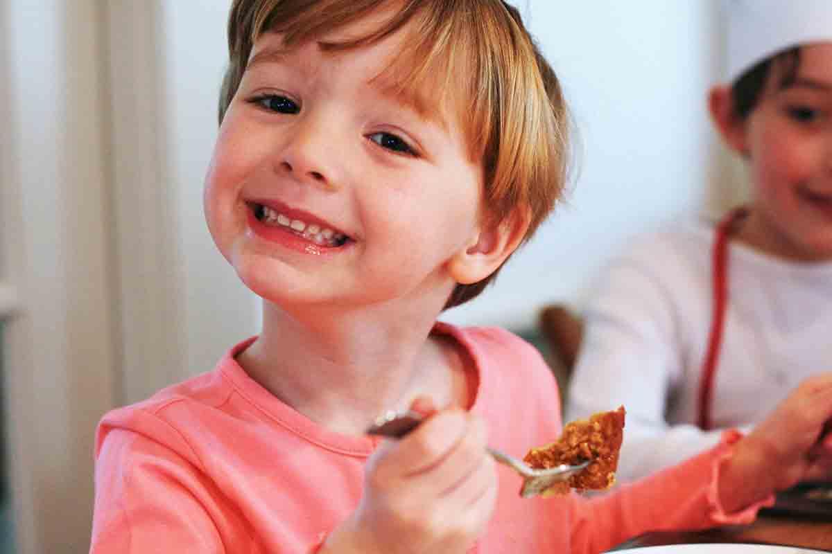 criança, comer, crocante, pão grelhado francês
