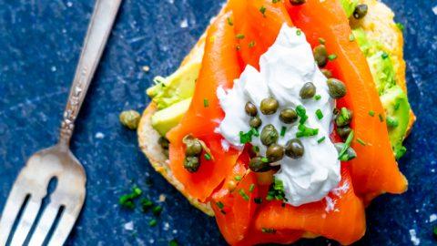 Receta de pan tostado de salmón y aguacate keto