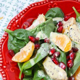 Ensalada de espinacas y clementina de granada: repleta de espinacas ricas en vitaminas, semillas de granada vibrantes y clementinas regordetas rociadas con aderezo de semillas de amapola.