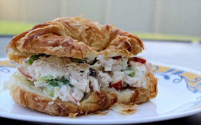 Sándwiches de ensalada de pollo de 5 minutos Mantequilla con una guarnición de pan