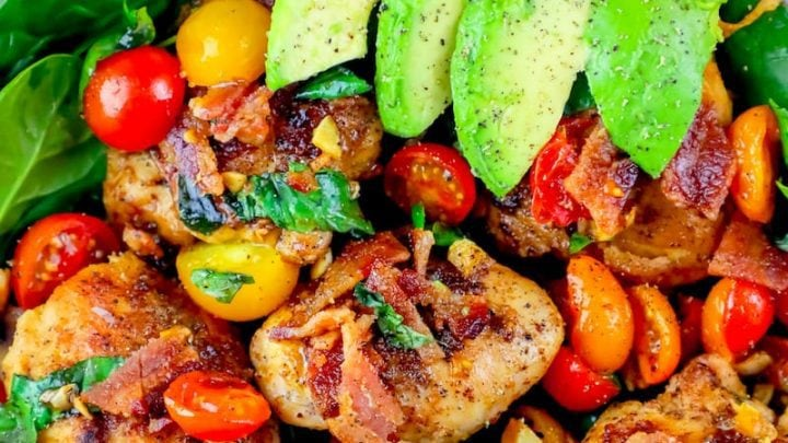 La mejor ensalada de lechuga de tocino, aguacate, tomate, pollo y muslo