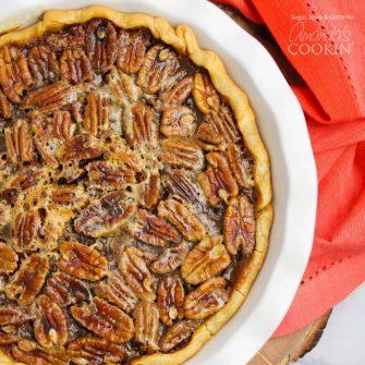 Pecan Pie es un pastel delicioso e indulgente que combina muy bien con una bola de helado y una taza de café al final de una gran comida de Acción de Gracias.