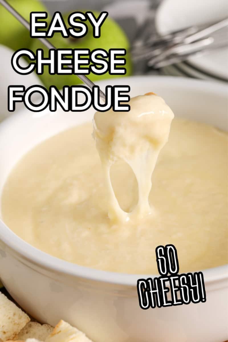 Sumergir el pan en la fondue de queso.