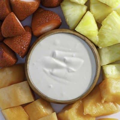 salsa cremosa de fruta servida con fruta fresca
