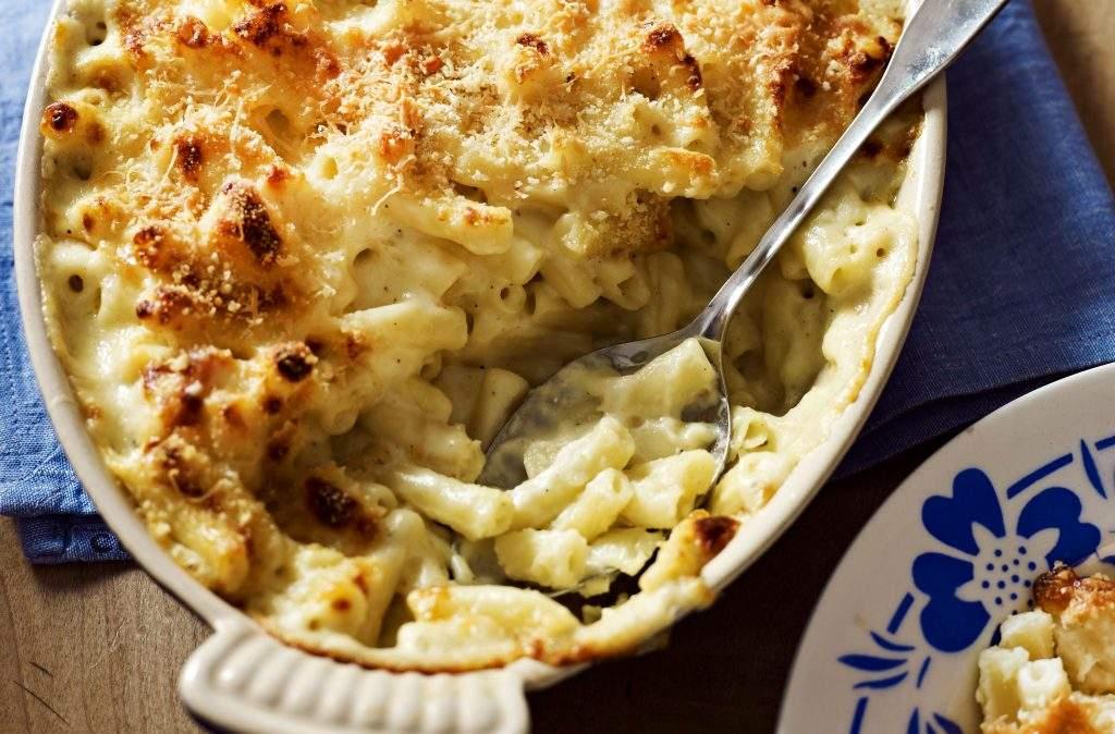 Macarrones con queso El queso macarrones es la comida reconfortante definitiva y no se puede superar una receta clásica que es perfectamente cremosa, cursi y con una parte superior de pan rallado realmente crujiente.