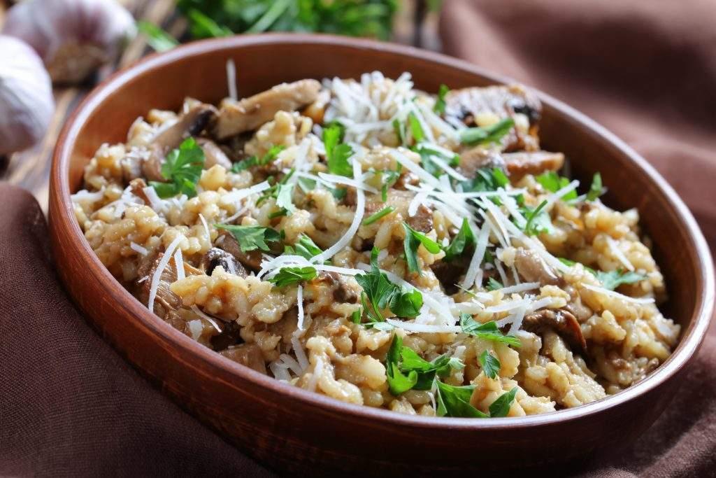 Risotto de puerros y champiñones Combine un risotto cremoso con sabrosas verduras para crear una comida reconfortante.