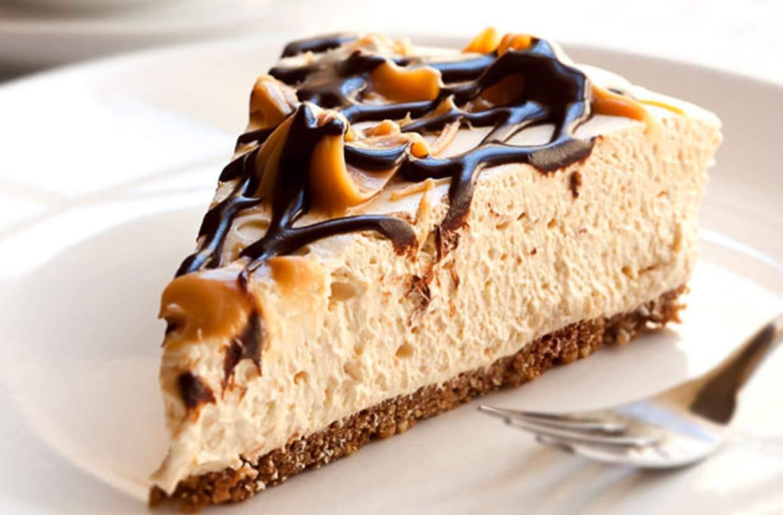 Tarta de queso con caramelo y chocolate Esta tarta de queso con caramelo y chocolate es una tarta de queso fácil de cocinar que es un postre ideal para la celebración o la cena.