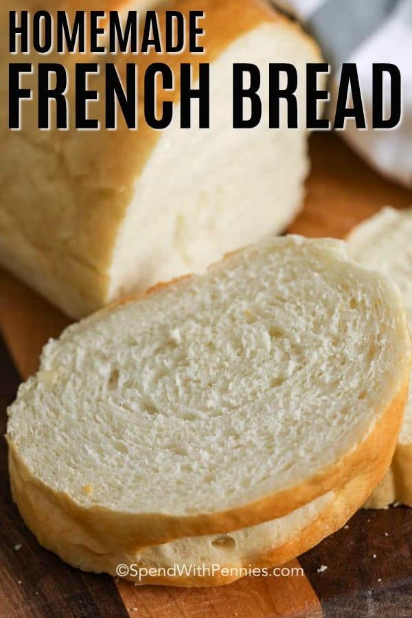 Pan francés hecho en casa en rodajas sobre una tabla de madera.