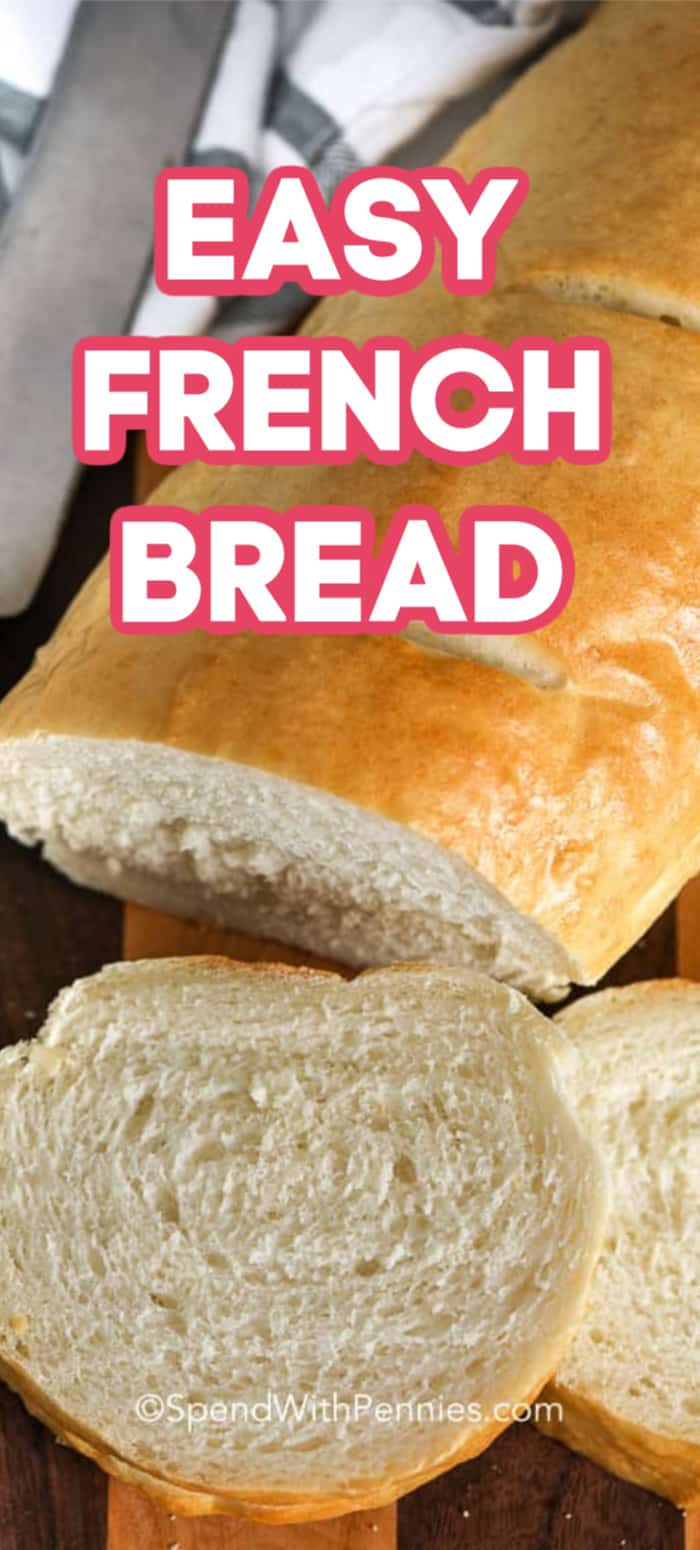 Pan francés en rodajas sobre una plancha de madera.