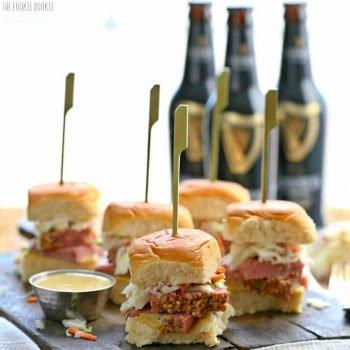 ¡Deslizadores de carne en lata y col de cocción lenta con mostaza Guinness! ¡La comida o aperitivo irlandés perfecto para el día de San Patricio! ¡Muy divertido, festivo y fácil! El | El novato de las galletas