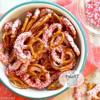 ¡Pretzels cubiertos de yogur rosa para un baby shower o el día de San Valentín! El   El novato de las galletas
