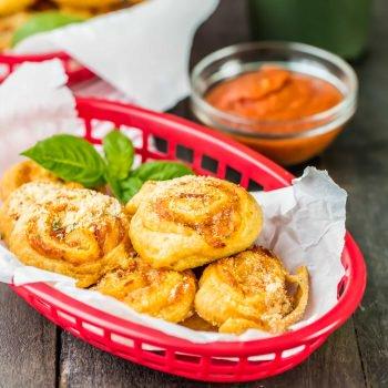 Rollos de Pizza de Pepperoni Rellenos! ¡Chupar rueda no se pone mejor (O MÁS FÁCIL) que estos deliciosos Rollos de Pizza de Pepperoni de The Cookie Rookie!