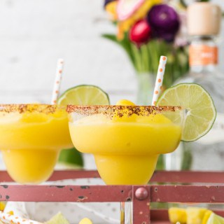 ¡No hay nada mejor que las Margaritas de chile con mango SUPER FÁCIL! Solo 5 ingredientes conforman esta bebida perfecta, hecha sin alcohol o en forma de cóctel. ¡SALUD!