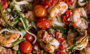 Linguini de camarones toscano