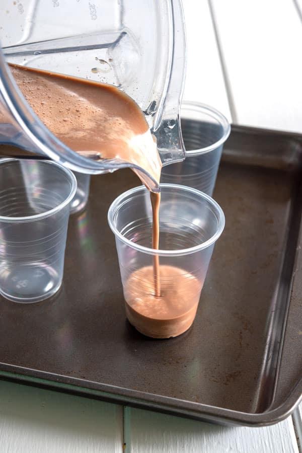 Limber de Nutella se vierte en vasos para congelar