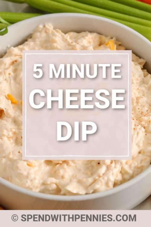 Un plato de salsa de queso adornado con cayena y queso rallado.