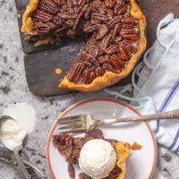 Crock Pot Pecan Pie es una receta de pastel de pacanas tan FÁCIL que no creerás que saboreas las papilas. ¡Este PIE PECAN COCINERO LENTO te dejará boquiabierto y será un delicioso y fácil Día de Acción de Gracias, Navidad o Pascua! Esta es la MEJOR receta de pastel de pacanas que hemos probado, y resultó que se hizo en una olla de cocción lenta. ¡Gana, gana!