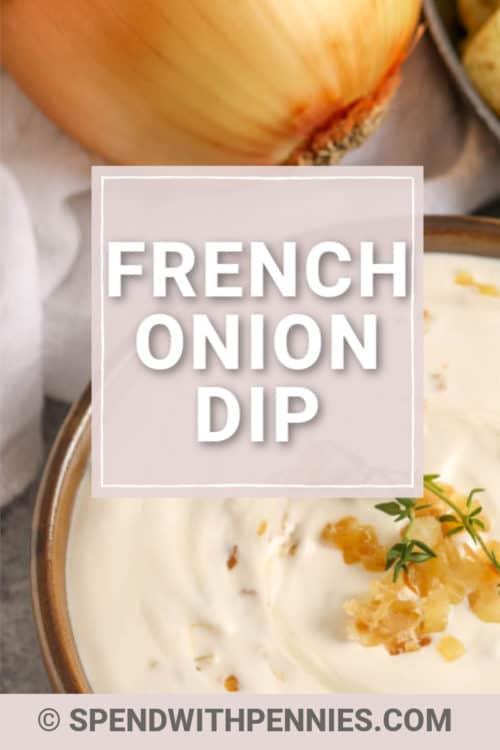 Un cuenco de salsa de cebolla francesa preparada con cebolla caramelizada y tomillo.