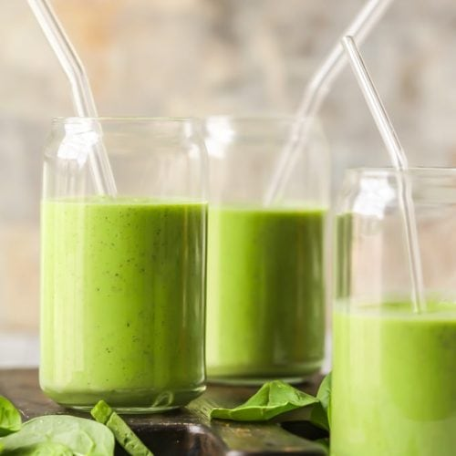Esta receta de batido verde cremoso es todo lo que necesitas para tener la mañana más increíble cualquier día de la semana. Este batido de desintoxicación verde está lleno de ingredientes frescos y ligeros como piña, espinacas, manzana, col rizada, plátano, yogur griego y más. Esta receta de batido de la Diosa Verde te hará sentir brillante y soleado a primera hora de la mañana, después de los entrenamientos, o cada vez que te prepares uno. ¡Tan delicioso, fácil y saludable!