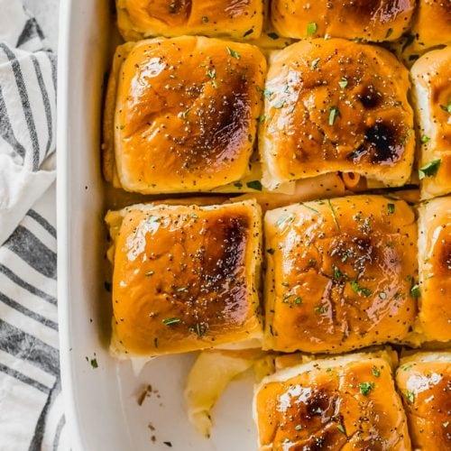 Los deslizadores de jamón y queso son una receta tan simple, pero son perfectos para un almuerzo o merienda rápida. Estoy constantemente en busca de comidas FÁCILES y deliciosas, ¡y encontré un nuevo favorito! Estos deslizadores de jamón y suizo se hicieron en menos de 20 minutos, y son sorprendentemente satisfactorios. ¡Y también son geniales para los niños!