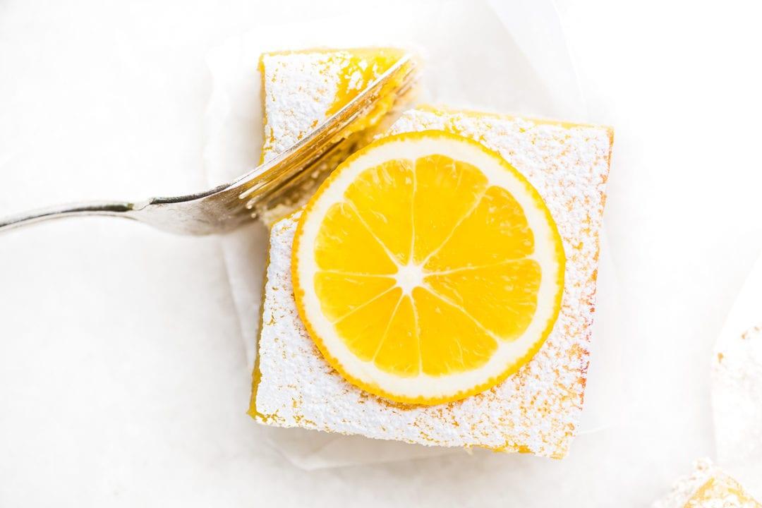 tomando un bocado de una barra de limón entera Meyer