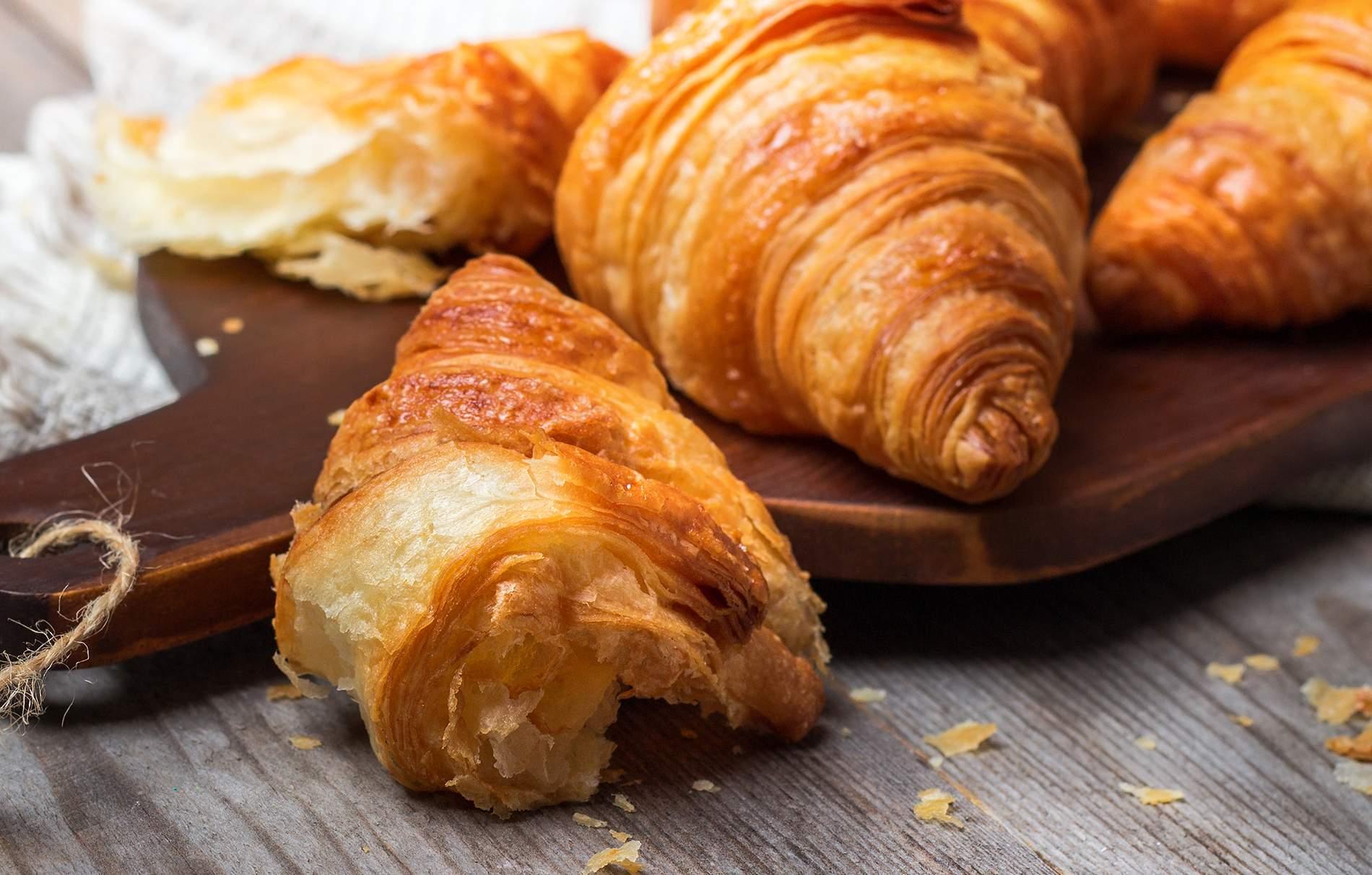 Cuerno Aprende a hacer croissants en casa con nuestra receta fácil de croissants. Sirva caliente con mantequilla y mermelada para el desayuno perfecto.