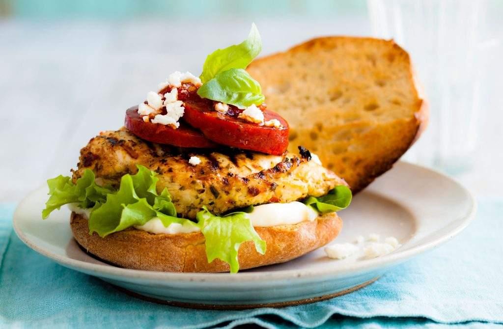 Hamburguesa de pollo Nuestra hamburguesa de pollo fácil y rápida es la opción perfecta cuando quieres algo fácil pero sabroso.